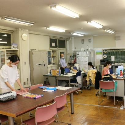 いわゆる職員室です。子どもたちが自由に出入りできます。お昼ご飯を食べたり、スタッフとお話ししたり…いろいろな過ごし方をしています。