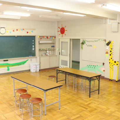 中学校のみんながつくってくれた部屋です。お昼ご飯を食べたり、本を読んだり、思い思いの過ごし方をしています。