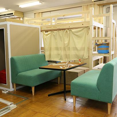 スタッフルーム内にある、子どもたちの休憩所です。Amazonに提供していただきました。