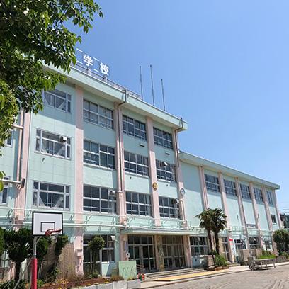 新中川の土手から学校が見えます。